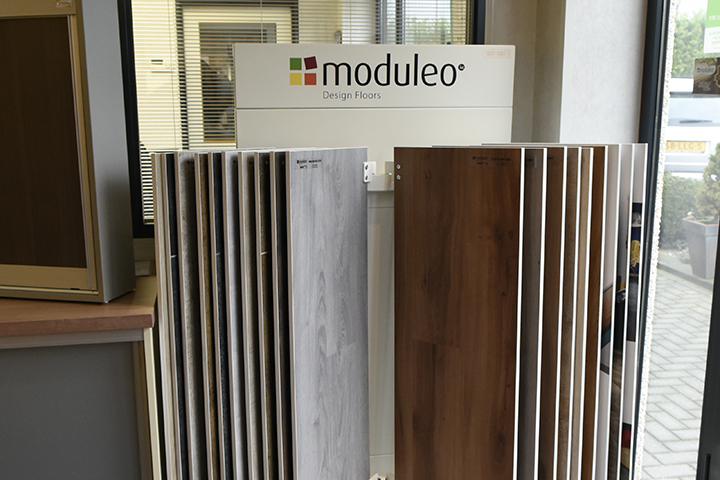 PVC vloeren - Moduleo draaicarousel met PVC vloeren (zowel in hout als in tegelmotief)