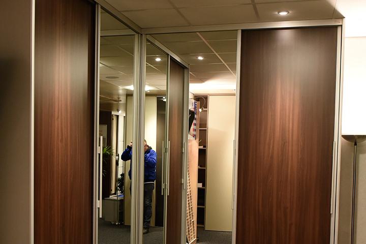 Schuifwandkast - New IPD hoekkast met schuifdeuren en spiegeldeuren blankzilver