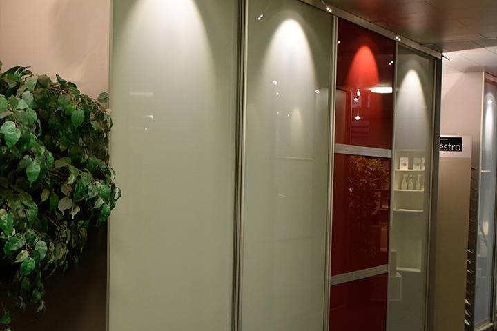 Schuifwandkast - New IPD Royal kast | Pendelstrip breed - Signaal rood - Lakglas deuren (kristalwit)