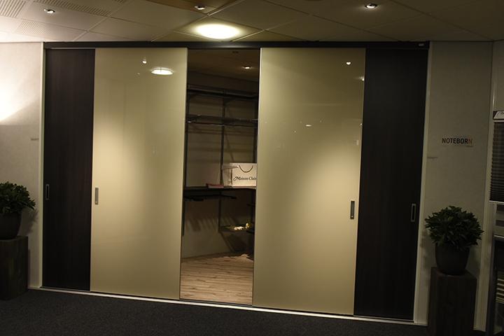 Inloopkasten - Noteborn inloopkast met open frameless couture gelakt glazen schuifdeuren en Shelvin Elfa hangsysteem