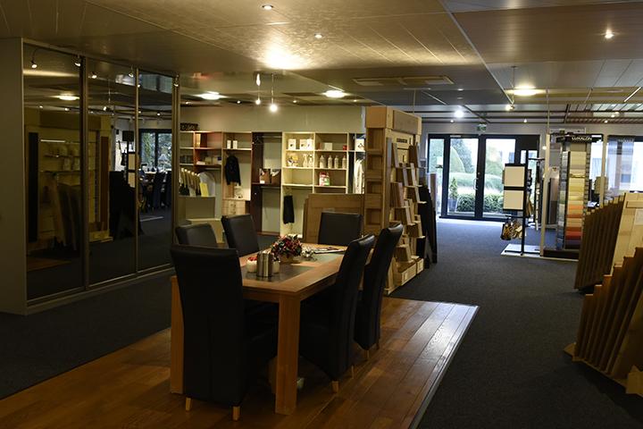 Showroom - Massief eiken vloer met tafel en stoelen in de showroom