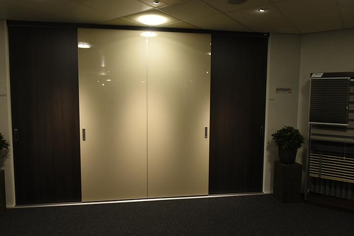Paneeldeurkasten - Noteborn inloopkast | Frameless couture gelakt glazen schuifdeuren en Match-deuren