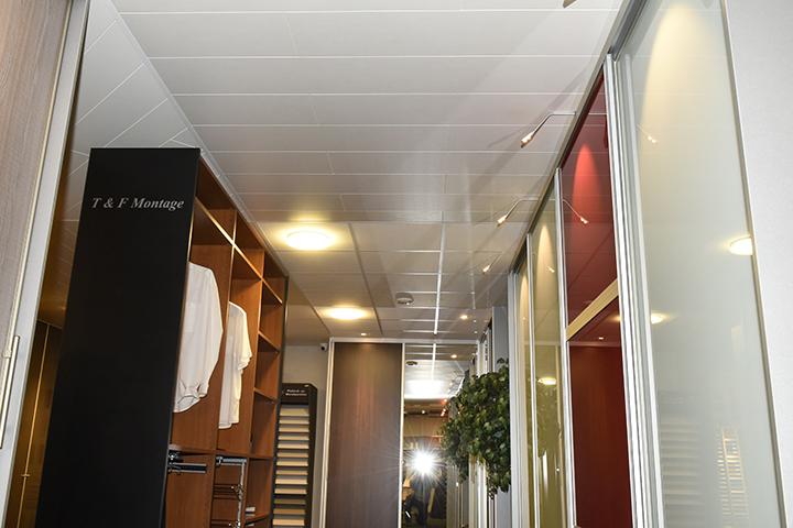 Panelenplafonds - Roommade panelenplafonds wit en New IPD kasten met gekleurd lakglas