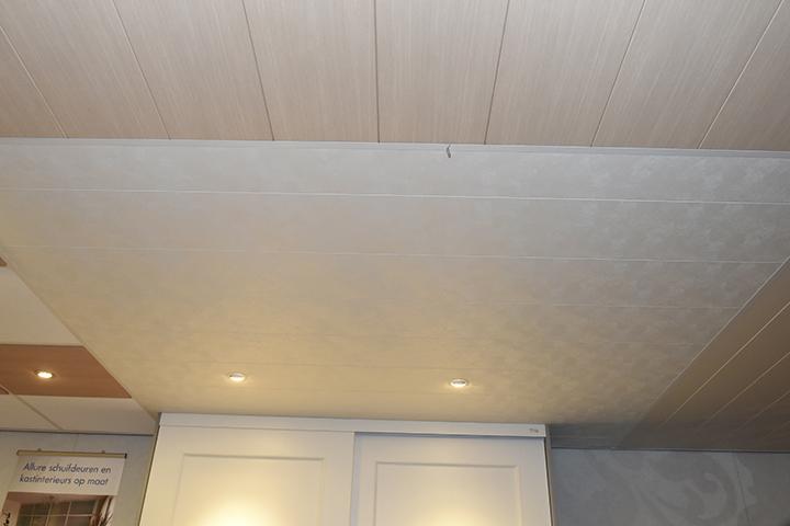 Panelenplafonds - Stucco geschuurd panelenplafond met V-groef