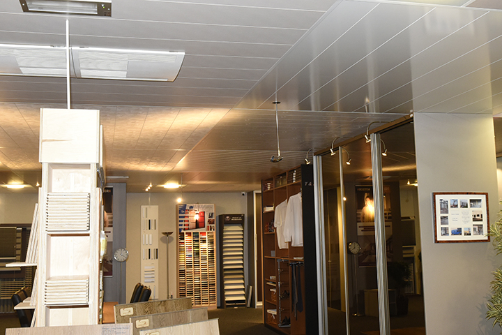 Panelenplafonds - Verschillende panelenplafonds en inbouwspots in de showroom