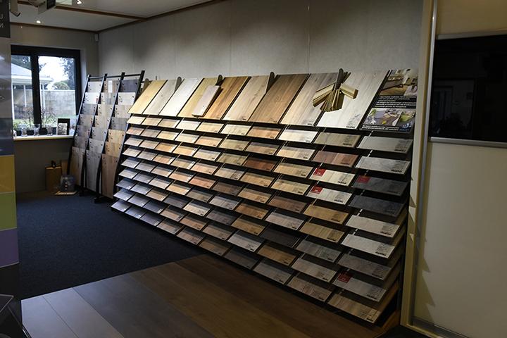 T & F Goirle - Overzicht van laminaatplanken (ook waterbestendige laminaatdelen) en tegelmotief in de showroom