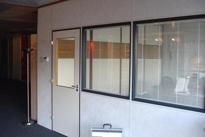 Gipsvinyl wanden - Afgewerkte systeemwand met ingebouwde vensters en ingebouwde zonnewering